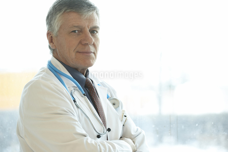 Male doctor in front of hospital windowの写真素材 [FYI01989447]