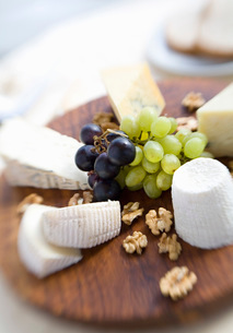 Platter of cheese, fruit and nutsの写真素材 [FYI01989454]