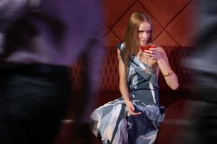 Woman having drinks in barの写真素材 [FYI01989458]