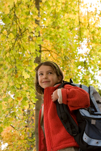 Girl carrying backpackの写真素材 [FYI01989473]