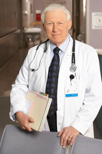 Mature adult male doctor smilingの写真素材 [FYI01989498]