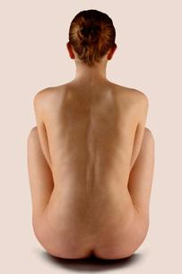 Nude woman's backの写真素材 [FYI01989529]
