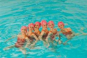 Synchronized swim team practicingの写真素材 [FYI01989531]