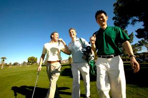 Men golfingの写真素材 [FYI01989544]
