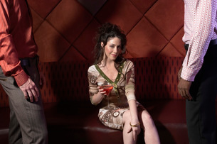 Woman having drinks in barの写真素材 [FYI01989554]