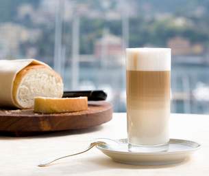 Warm drink with loaf of breadの写真素材 [FYI01989606]