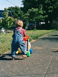 Toddler pushing toyの写真素材 [FYI01989608]