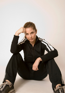 Woman in fitness outfit restingの写真素材 [FYI01989623]