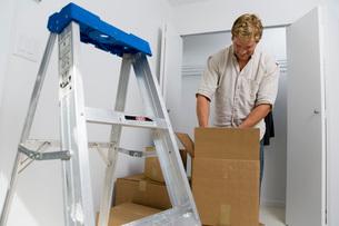 Man unpacking boxesの写真素材 [FYI01989625]