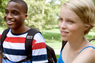 Two teenagers smiling outdoorsの写真素材 [FYI01989656]