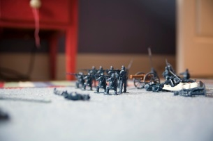 Toy soldiers lined up on floorの写真素材 [FYI01989675]