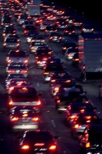 Blurred view of freeway trafficの写真素材 [FYI01989714]