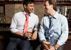 Businessmen having drinks in barの写真素材 [FYI01989715]