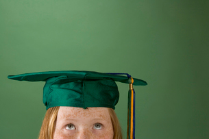 Young girl looking up at graduation hatの写真素材 [FYI01989738]