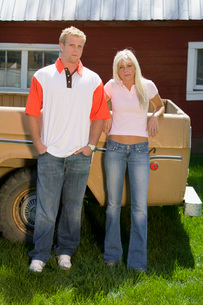 Couple leaning against pick-up truckの写真素材 [FYI01989764]