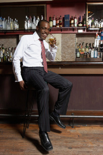 Businessman sitting at barの写真素材 [FYI01989770]