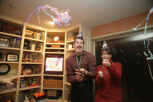 Mature couple celebrating at a partyの写真素材 [FYI01989772]