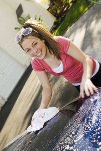 Teenage girl washing carの写真素材 [FYI01989820]