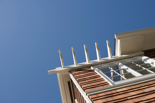 Low angle view of top corner of houseの写真素材 [FYI01989851]