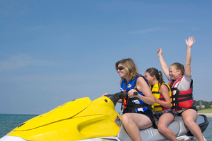 Mother and children riding jet boatの写真素材 [FYI01989866]