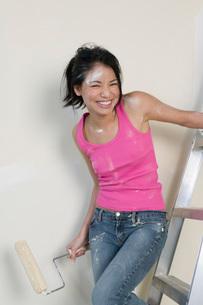 Woman standing on stepladderの写真素材 [FYI01989890]