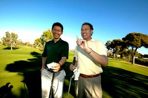 Men tallying golf scoreの写真素材 [FYI01989933]