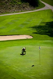 Man on golf courseの写真素材 [FYI01989935]