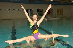 Synchronized swim team practicingの写真素材 [FYI01989938]