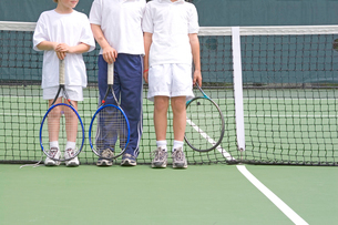 Young boys holding tennis racketsの写真素材 [FYI01989942]