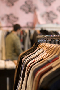 Shirts on clothes rack in clothing storeの写真素材 [FYI01989954]