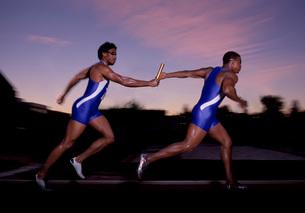 Male athletes passing the batonの写真素材 [FYI01989957]