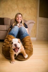 Teenage girl playing with bulldogの写真素材 [FYI01989987]