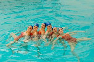 Synchronized swim team practicingの写真素材 [FYI01990020]
