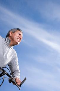 Mature man riding bicycleの写真素材 [FYI01990044]