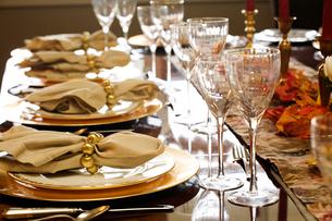 Elaborately set dinner tableの写真素材 [FYI01990074]