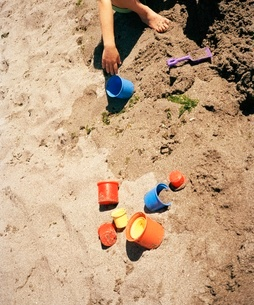 Young child playing in sand with toysの写真素材 [FYI01990100]