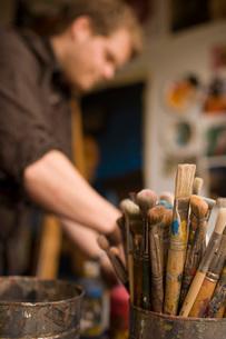 Bucket of paintbrushesの写真素材 [FYI01990153]
