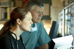 Two doctors examining x-rayの写真素材 [FYI01990190]