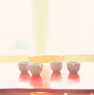 Empty coffee cups on tableの写真素材 [FYI01990209]