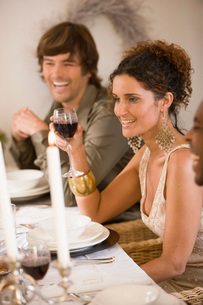 Woman drinking wine at dinner tableの写真素材 [FYI01990238]