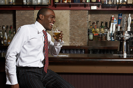 African man at bar with drinkの写真素材 [FYI01990247]