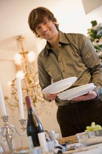 Man setting dinner tableの写真素材 [FYI01990250]