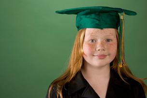 Young girl in graduation hatの写真素材 [FYI01990276]