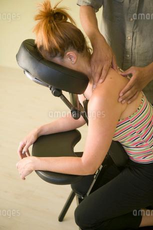 Masseuse massaging clientの写真素材 [FYI01990286]