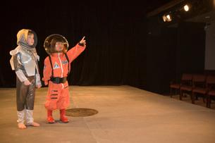 Children wearing astronaut costumesの写真素材 [FYI01990288]
