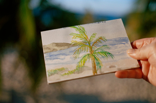 hand holding watercolor paintingの写真素材 [FYI01990291]