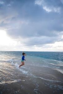 Girl playing in waves in Kauaiの写真素材 [FYI01990295]