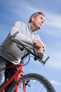 Mature man riding bicycleの写真素材 [FYI01990331]