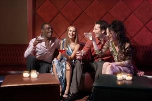 Couples having drinks in barの写真素材 [FYI01990362]