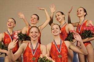 Swim team waving in celebrationの写真素材 [FYI01990364]